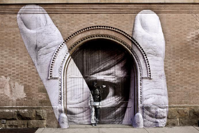 AUTOR: Artista urbano de identidad desconocida, y origen francés. Su sobrenombre es JR.